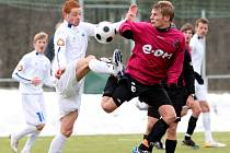 Vladimír Dobal v Liberci bojuje s Marcelem Gecovem. Posílený Liberec juniorku Dynama vyprovodil 6:0!