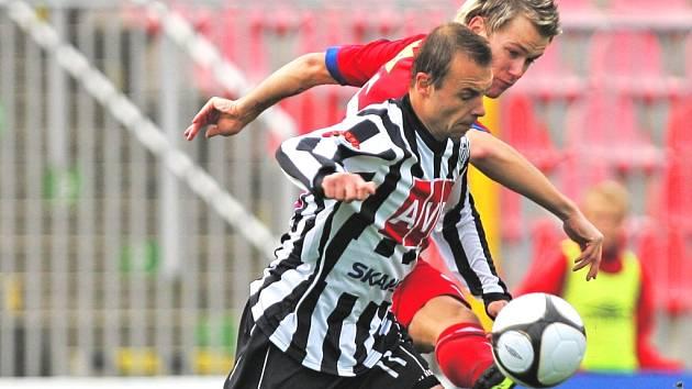 Bod Dynamu v podzimním utkání obou týmů v Brně zajistil gólem v poslední minutě Michael Žižka (vlevo stíhá brněnského Marka Střeštíka), jak dopadne odveta na jihu?