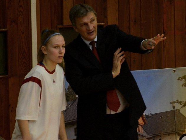 PERSPEKTIVA. Trenér Ivan Beneš udílí pokyny talentované mladší dorostence Michaele Gaislerové. Právě na vlastní mladé hráčky chtějí basketbalové Strakonice v příštích sezonách spoléhat.