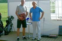 Pod hlubockým zámkem se můžete setkat při golfu třeba  s hokejovým mistrem světa Václavem Prospalem (vlevo). Na snímku po turnaji s manažerem GKHNV Antonínem Loužkem.
