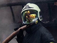 Hašení fiktivního požáru elektrárny bylo jednou z ukázek, jimiž se prezentovali hasiči na cvičení Zóna 2015.