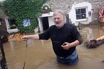 Umělecký knihař a výtvarník Ladislav Hodný se ze svého domu na břehu Vltavy v Týně nad Vltavou odmítl evakuovat, přestože má na dvoře,v domě a v restauraci více než metr vody.