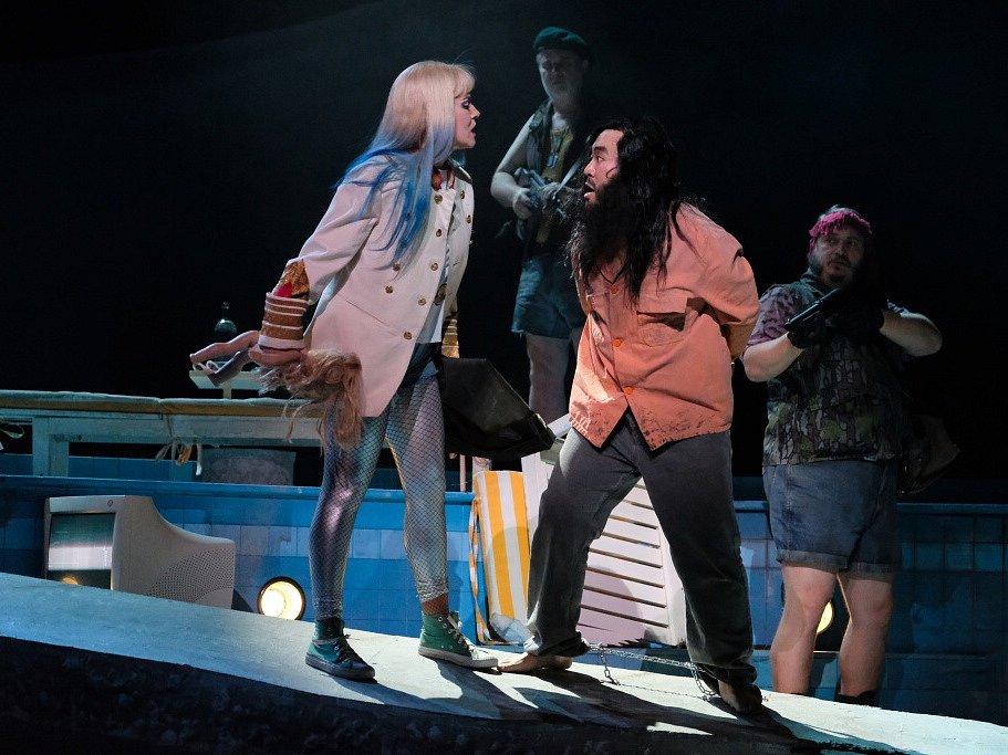 Linecké Hudební divadlo uvádí operu Salome, kterou složil Richard Strauss. Výrazně ji zmodernizovalo. Na snímku Astrid Weber jako Salome a Seho Chang jako Jochanaan.