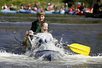 Řada vodáků vyrazila v sobotu na Malši a zahájila tak neoficiálně sezonu. Řeka je sjízdná jen zjara a právě v sobotu upouštěla římovská přehrada nádrž.