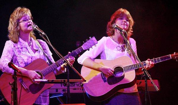 Pocta skupině Minnesengři, kteří vznikli před 45lety, se odehrála 14.listopadu 2013včeskobudějovickém DK Metropol. Na snímku Pavlína Jíšová a její dcera Adéla Jonášová.