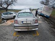Dvě nehody na stejném místě - nejdříve boural autobus, později dvě auta.
