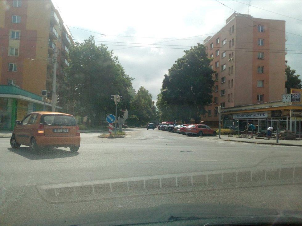 Od října 2021 budou modré zóny v Českých Budějovicích zavedeny také na Lineckém předměstí kolem Lidické třídy. Na snímku ulice L. M. Pařízka.