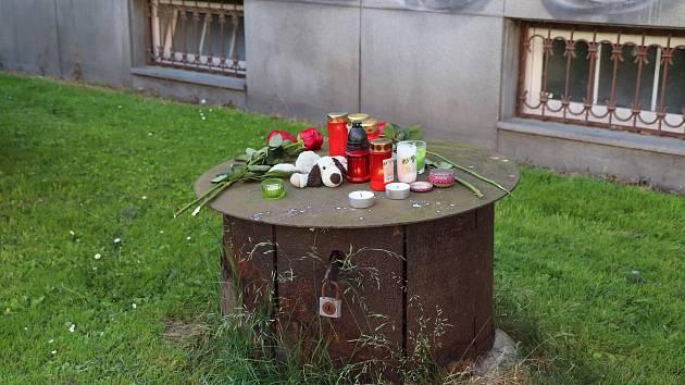 Pietní místo v budějovické Alešově ulici připomíná studenta, který zemřel ve středu po pádu z okna školy, jež sídlí v sousední Dukelské ulici.
