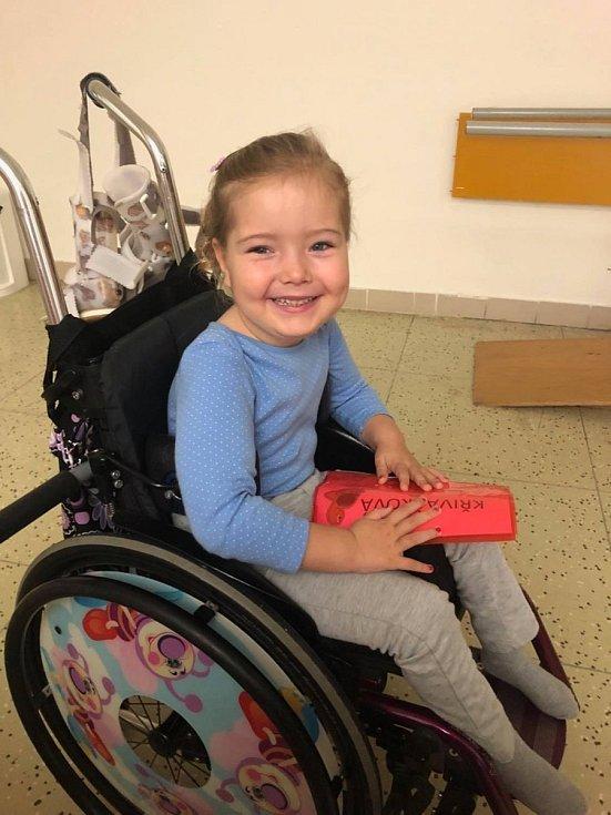 ADRA běh letos bude. Tentokrát podpoříte čtyřletou Adélku s rozštěpem páteře. Přispějete jí na odlehčený vozík.