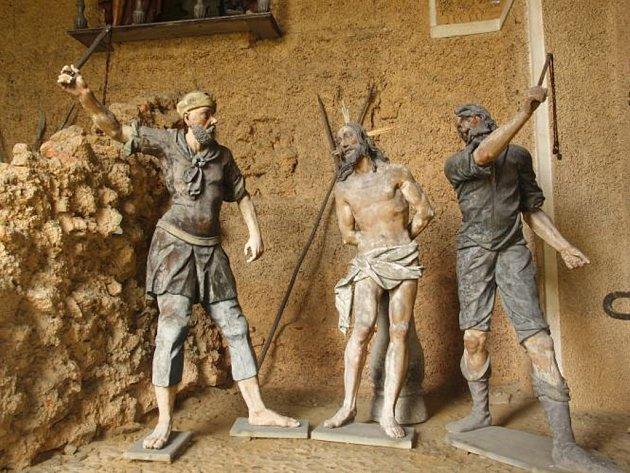 Sochy, které byly součástí unikátní křížové cesty kolem Římova, jsou od víkendu pryč. Na snímku jsou tři z celkem sedmi ukradených postav.