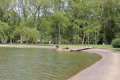 Rybník Bagr v českobudějovickém parku Stromovka je napájen z místní Zlaté stoky. Ta začíná u Stecherova mlýna a bere vodu z Vltavy.