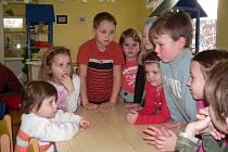 Při dnu otevřených dveří včera uvítaly děti v MŠ Srubec i Andrejku, které budou potřebné tři roky ve čtvrtek.