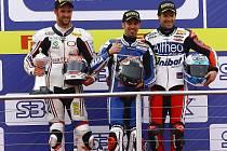 Jakub Smrž (vlevo) na stupních vítězů spolu s vítězným Italem Melandrim a třetím Španělem Checou.