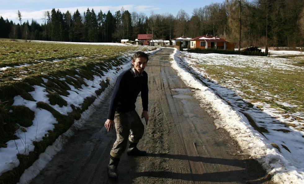Pár metrů od chat se zastavila rozvodněná řeka Stropnice poblíž Borovan. Bezesnou noc prožili lidé v Plavu, kde hrozila Malše a kam jeli i hasiči. Starosti kvůli zvýšené hladině Stropnice měl i místní zemědělec a majitel pozemků Jiří Neuberg (na snímku).