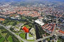 Místo bývalé sodovkárny v Českých Budějovicích mají vyrůst u výpadovky na Krumlov dva nové domy. Na vizualizaci jsou plánované domy označeny šipkou.
