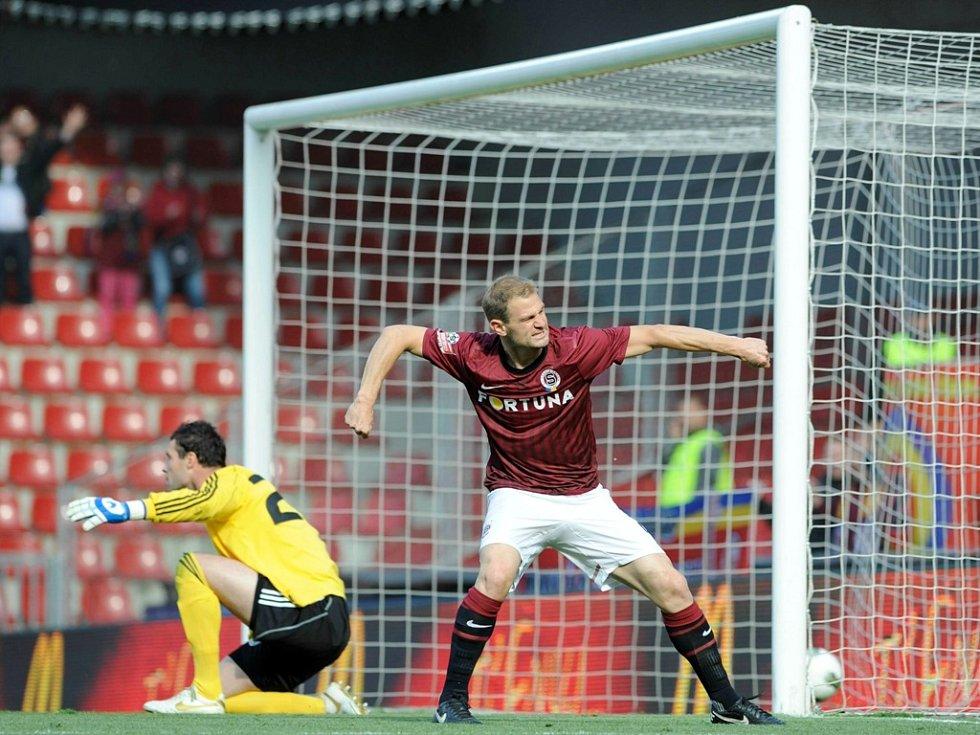 Vlastimil Vidlička se raduje, dvěma góly přispěl Spartě k výhře nad Dynamem, brankář Michal Daněk smutní.