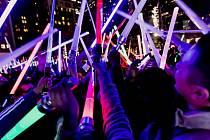 Multikino CineStar v Českých Budějovicích promítá sci-fi film Star Wars: Síla se probouzí v pěti sálech. Na půlnoční premiéru se prodalo skoro 1000 lístků. Na snímku fanoušci se svítícími meči.