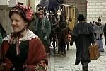 Záběr ze seriálu Stříbrná paruka. Březanova ulice v Třeboni. Uprostřed snímku komparzista Martin Cepák.