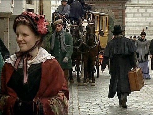 Záběr ze seriálu Stříbrná paruka. Březanova ulice vTřeboni. Uprostřed snímku komparzista Martin Cepák.