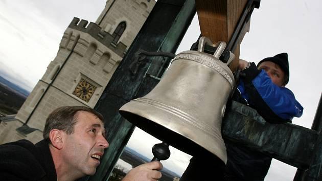 Zvon v kapli zámku Hluboká je zasvěcen svatému Floriánovi, stejně jako jeho předchůdce. Na snímku světí zvon českobudějovický biskup Jiří Paďour.