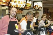 Jako obsluhující personál se včera odpoledně objevili v McDonaldu na Lannově třídě v Českých Budějovicích sportovci.