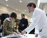 Mezi obchody předváděli odborníci z Jihočeské univerzity vědecké pokusy.