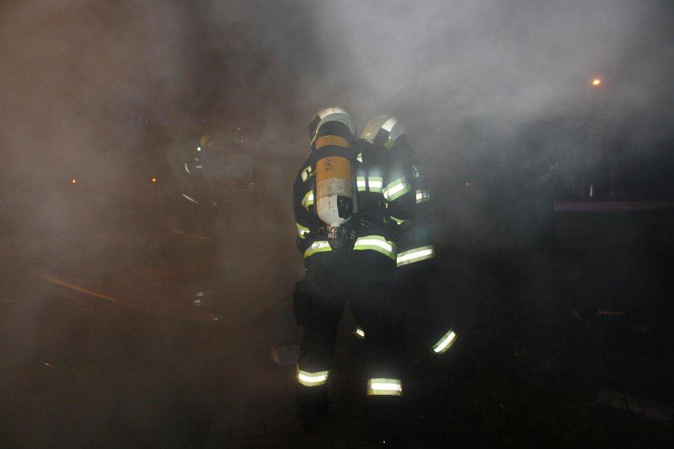Proč stánek hořel, experti vyšetřují.