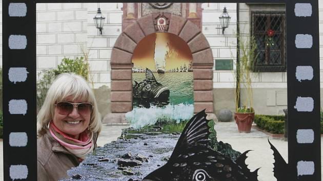 JAKO VE FILMU. Ludmila Zemanová, dcera režiséra Karla Zemana, představila na Anifilmu v Třeboni muzeum svého otce. Na snímku před jednou z atrakcí na nádvoří zámku.