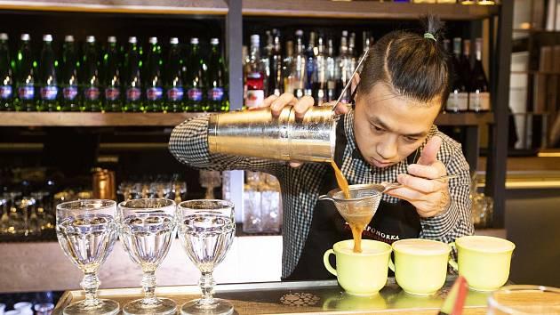 Mladý Vietnamec prvně reprezentoval populární českobudějovický bar na národní soutěži s kávovým koktejlem.