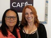 V kavárně Deníku se ve středu 13. června společně se čtenáři setkala kreativní publicistka Monika Brýdová (vpravo) a krajská šéfredaktorka Deníku Alena Pancerová.