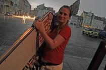 Velká bouřka se silným přívalovým deštěm se přehnala ve středu po 20. hodině přes České Budějovice. Na snímku pracovnice jedné z restaurací na náměstí, které déšť spláchl předzahrádku.