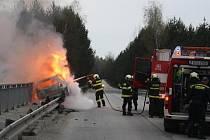 Hořící auto hasili v ranních hodinách hasiči u Drahotěšic.