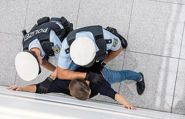 Zadržen na letišti cestou na fotbal.