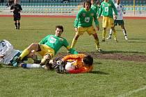 V minulém kole Tatran Prachatice oplatil Jankovu porážku z podzimu. Na snímku brankář Hrubý zasahuje před Tobiášem, asistuje mu Novotný (č. 2), z povzdálí přihlíží O. Janoušek.
