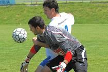 Naposledy doma hrála juniorka Dynama s Plzní 2:2, když brankář Vladan Vršecký dostal první gól poté, co mu vypadl míč – jak ale dokazuje snímek, Ondřej Šiml ho v té chvíli držel za ruku...
