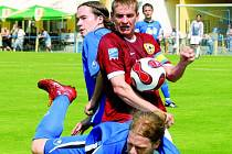 Jan Zušťák v krajském derby s Třeboní potvrdil svou pověst fotbalového ostrostřelce a dvěma góly rozhodl o vítězství Písku 2:1. Na snímku písecký kanonýr mezi Procházkou a Sedláčkem.