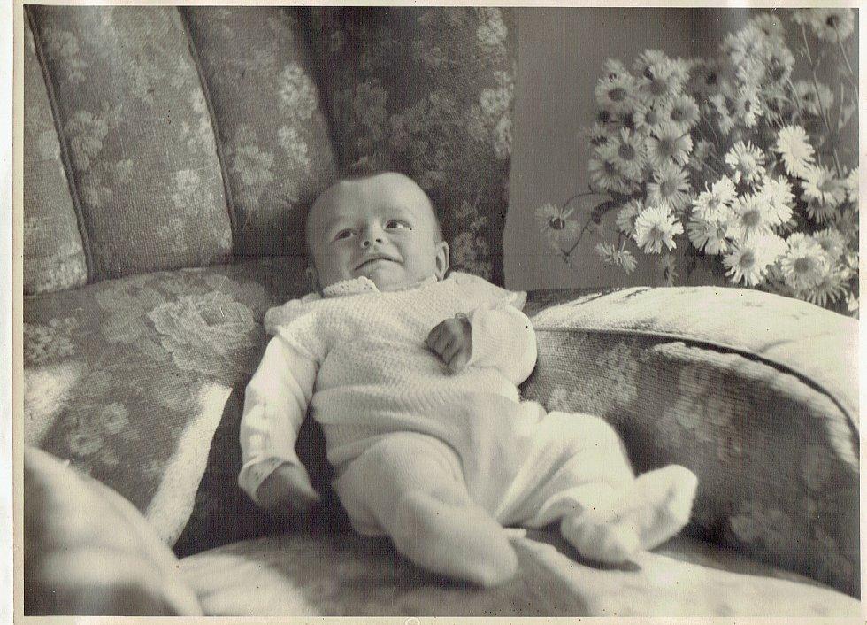 Moje nejstarší fotografie pochází z června 1945. Byly mi asi tři měsíce.