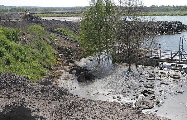 Okolí Mydlovar připomíná ipo dvaceti letech sanací měsíční krajinu.