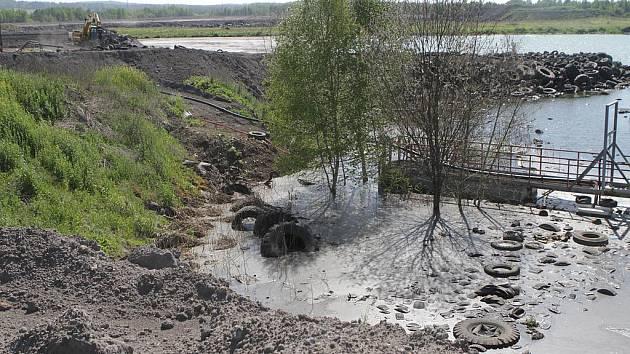 Okolí Mydlovar připomíná i po dvaceti letech sanací měsíční krajinu.