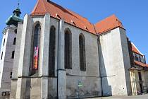 Pohled přes českobudějovické Piaristické náměstí na kostel Obětování Panny Marie.