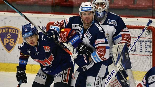 Útočník Madeta Motoru Martin Beránek (v modrém) dostává masáž od brněnského beka Petra Zámorského, přihlíží gólman Karel Vejmelka.