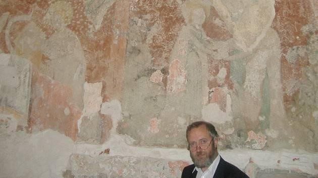Kostelník klášterního kostela Obětování Panny Marie, Jiří Míchal, ukazuje nově objevený původní vstup do kostela.