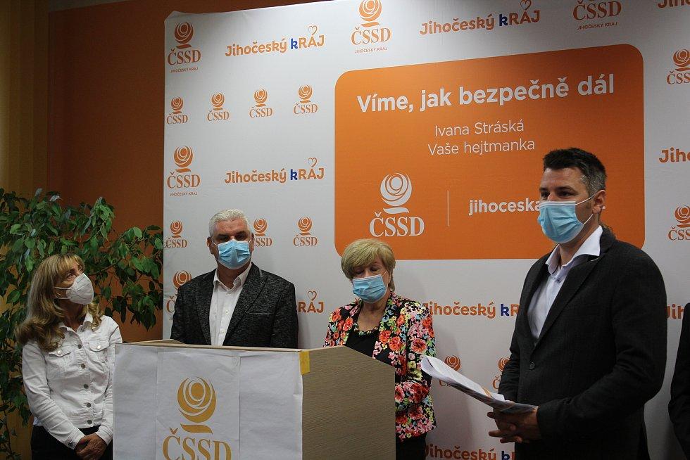 Jihočeská ČSSD zveřejnila kandidátní listinu. Na snímku (zleva) Kvetoslava Kotrbová, Antonín Krák, hejtmanka Ivana Stráská a volební manažer David Šťastný.