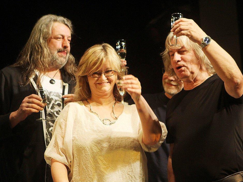 Pavel Žalman Lohonka měl 23. března koncert ke svým 70. narozeninám v českobudějovickém Metropolu. Křtilo se i nové CD Cestující muž, uprostřed na snímku Pavlína Jíšová.