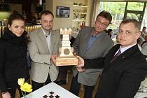Turnaj pro neorganizované šachisty odstartoval v českobudějovické kavárně Lanna. Představil putovní pohár.