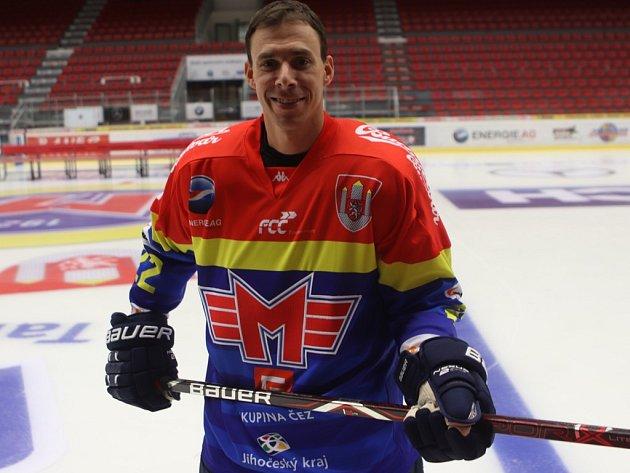 Jiří Šimánek představuje dres Motoru pro novou sezonu.