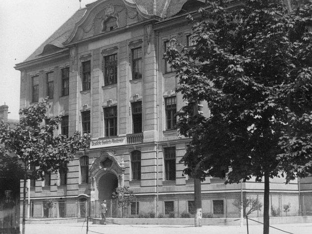 Dobová fotografie zaznamenala Německou obchodní akademii v ulici Wernera Mölderse (dnes Dukelská) v roce 1942.
