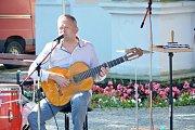Vltavotýnské promenádní koncerty jsou zpět. Tentokrát hrála kapela Spolektiv.