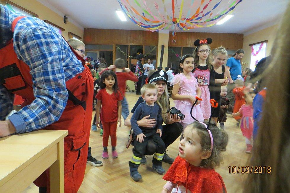 V hospodě na maškarním se děti vyřádily.
