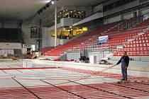 Také ve středu se intenzivně pracovalo v českobudějovické Budvar aréně na novém chlazení hlavní ledové plochy. Led by tak už měl mít tu správnou kvalitu.